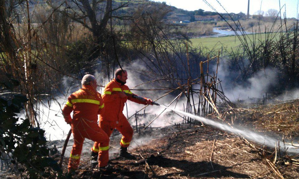 Tarquinia, Vigili del Fuoco di Viterbo e gruppo comunale della ProCiv spengono un incendio sull'Aurelia