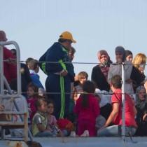 centinaia gli sbarchi in poche ore profughi a trapani palermo e salerno