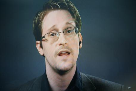 epa05539459 Edward Snowden, seen on a screen via satellite from Moscow, Russia, speaks during a press conference about a new campaign to persuade US President Barack Obama to pardon him for violating the United States' Espionage Act in 2013 by leaking classified documents in New York, New York, USA, 14 September 2016. The campaign, which is being launched by several human rights organizations including the American Civil Liberties Union, Human Rights Watch, and Amnesty International (AI). (Editors note: pattern on image as photographed directly from the screen)  EPA/JUSTIN LANE
