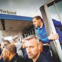 La protesta dei lavoratori Whirlpool della sede di Napoli, dove sono a rischio oltre 400 posti di lavoro per la chiusura dello stabilimento, Napoli, 31 maggio 2019. ANSA/CESARE ABBATE