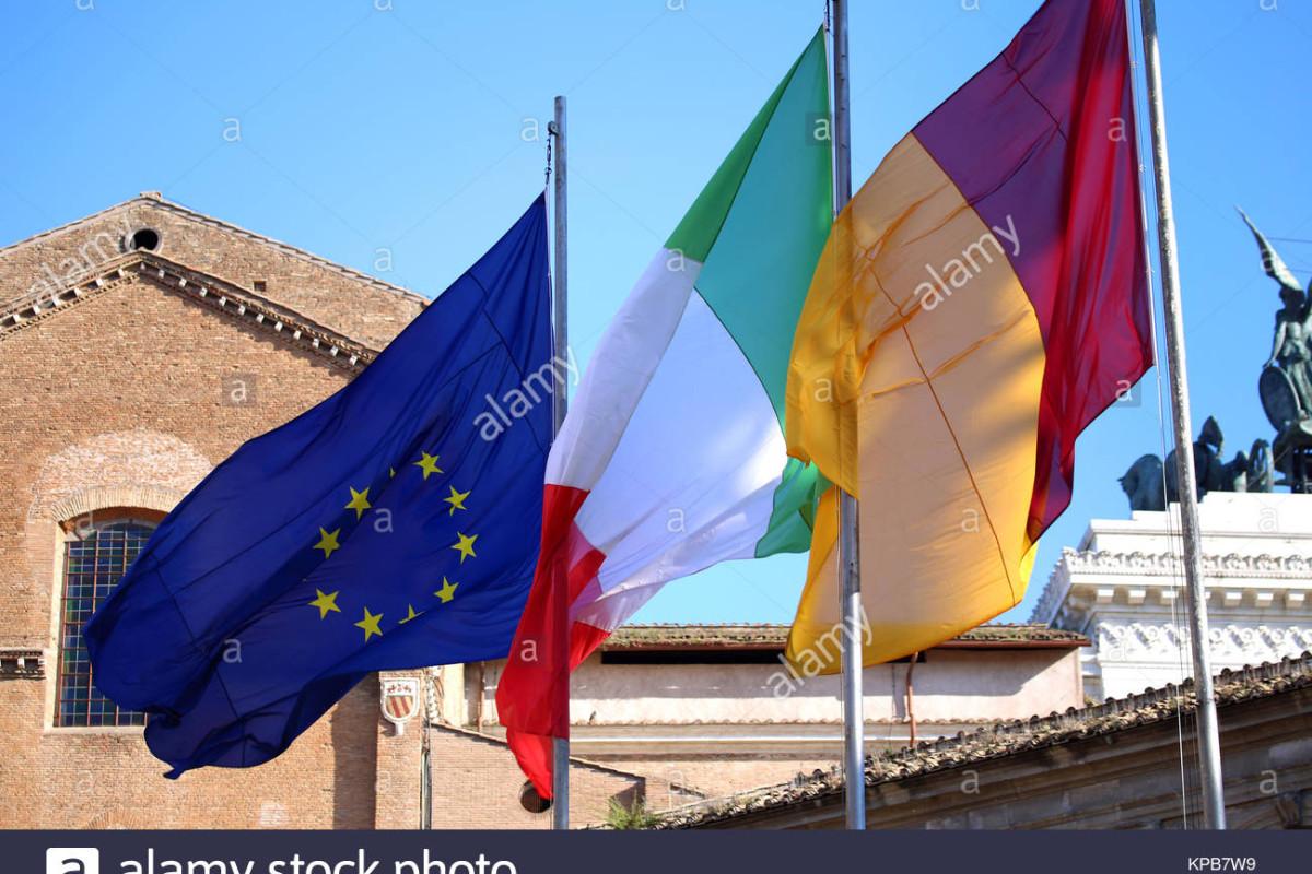 bandiere-d-italia-unione-europea-e-roma-citta-sventolando-in-roma-italia-kpb7w9