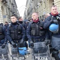 polizia si togli il casco